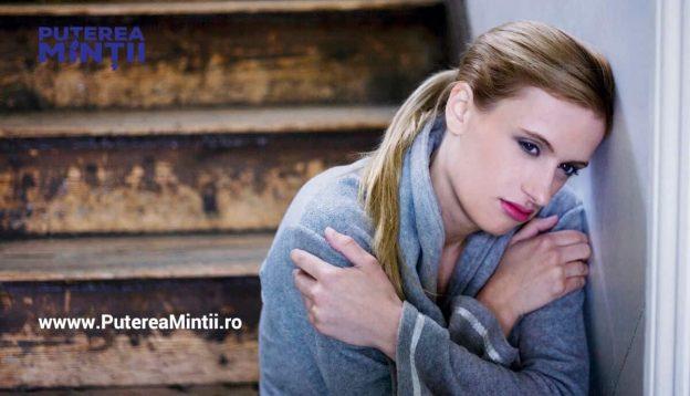 Fata tanara sta pe scari, trista cu aminitiri neplacute